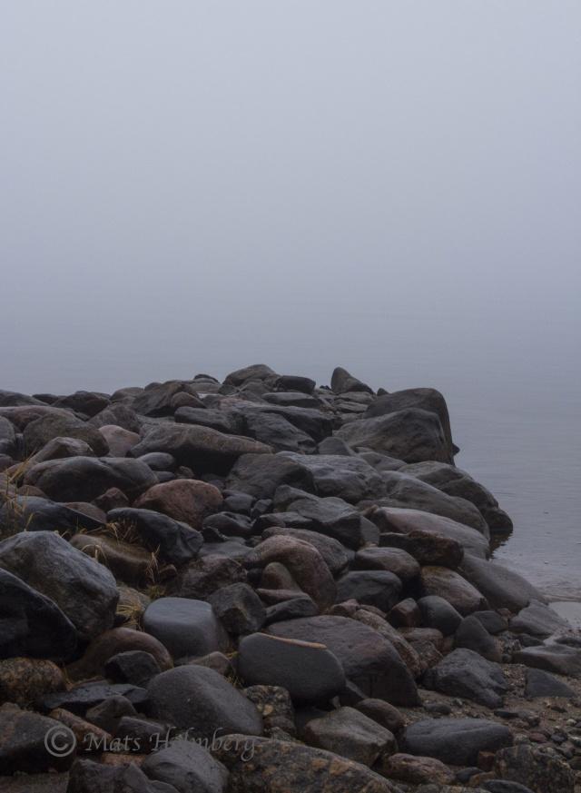 Foto Mats Holmberg Stenpir i dimma på Brändön