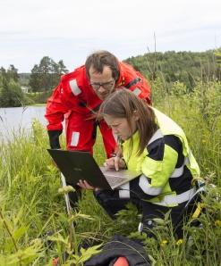 Angela och Johan avläser temperaturlogger